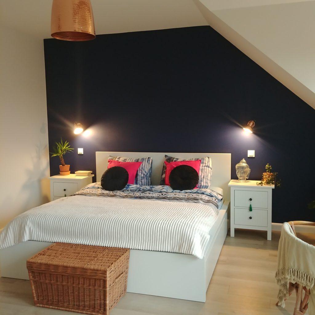sypialnia, granatowa ściana